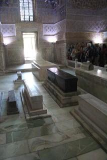 En esta foto se ve muy bien que el sarcófago de Tamerlan está roto
