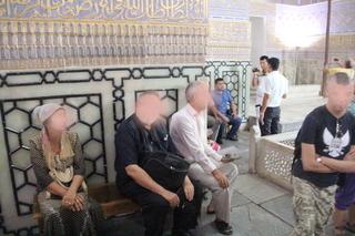 Alrededor de los sarcófagos hay bancos para sentarse y meditar o rezar