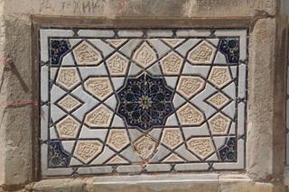 Un detalle más cercano de las cerámicas de las columnas de entrada