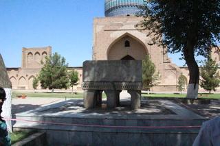 La estructura de piedra es un atril para poner el Corán
