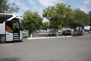 Autobús en el aparcamiento del aeropuerto