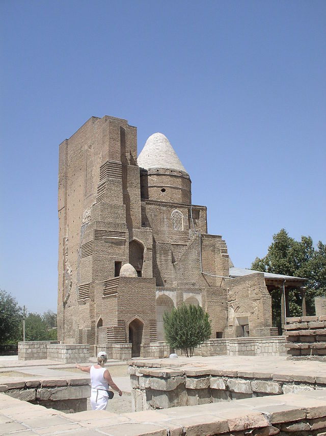 Mausoleo Dorus-saodat, en el complejo Hazrat-i-Iman. A la derecha se ve la mezquita del viernes. Foto gentileza de Wikipedia