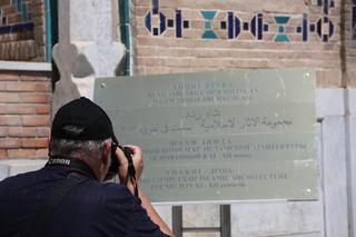 El letrero nos dice que estamos en el complejo  Shaki-Zinda --ahora la grafía es diferente--que fue construido en los siglos XI y XII