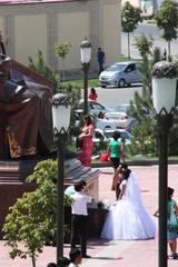 Los novios ante la estatua de Ulugh Beg