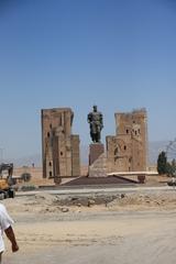Obras en Shakhrisabz. Estatua de Tamerlán, al fondo el Palacio Ak-Sarai