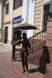 Esta señorita de bronce nos recibió a la entrada del restaurante
