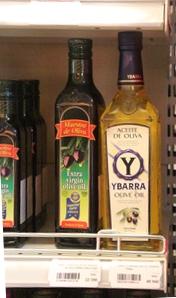 Aceite de oliva. Observen que las dos botellas son españolas. La Y de Ybarra es inconfundible