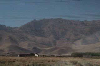 Pueblo bajo las montañas que hubiéramos tenido que atravesar si hubiéramos ido por la ruta directa