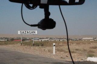 Pasamos por el pueblo de Sagagan. Observen los letreros, muy similares a los nuestros y vean la cámara en la furgoneta. Van grabando todo lo que ocurre y las usa la policia y los seguros para ver quién es el culpable de un accidente.