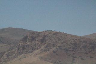 Nuestro conductor se paró aquí y rezó durante un instante, luego nos dijo que muchñisimos camioneros paraban aquí. Entre los montes se ve una construcción que es la tumba del profeta David. ¿David? Eso es lo que apunté.