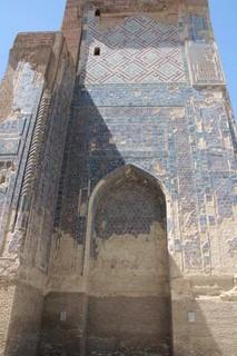 Shakhrisabz.Restos de la gigantesca torre de la puerta con sus mosaicos blancos, azules y dorados