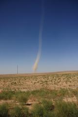 Un tornado en la carretera, hacia el oeste