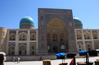 Vista de la madraza Mir-i-arab desde la mezquita Kalon