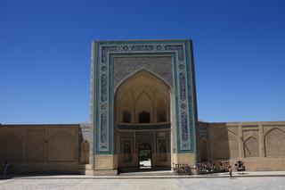 Vista de la mezquita Kalon desde la puerta de la madraza Mir-i-arab