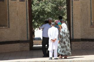 Fieles entrando a la mezquita