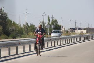¿Padre? con niño en la bicicleta