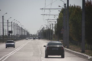 En la carretera está el tendido del trolebús que va desde Urgench a Jiva