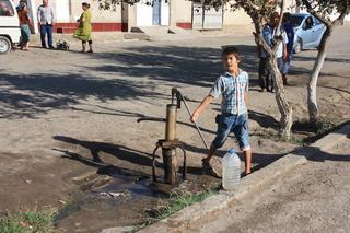 Sacando agua con un bomba hidráulica (fuera de la muralla)