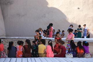 Griuo de mujeres dentro de la fortaleza Kona Ark