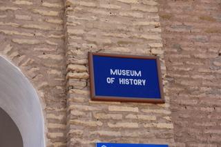 Placa que indica la entrada al museo de historia