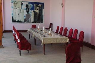 Una mesa reservda para un grupo de turistas