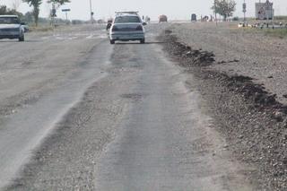Están construyendo una autyopista nueva, pero mientras tanto la natigua carretera deja mucho que desear en mantenimiento