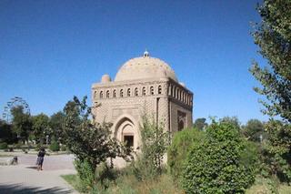 El mausoleo y la noria al fondo