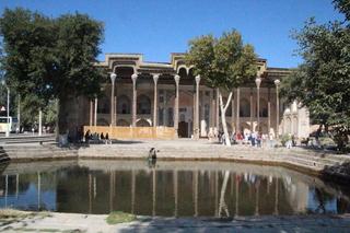 La mezquita Bolo Xauz. Mezquita al lado del estanque