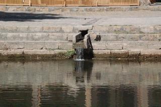 Detalle de la fuente que llena de agua el estanque. Mezquita Bolo-Xauz
