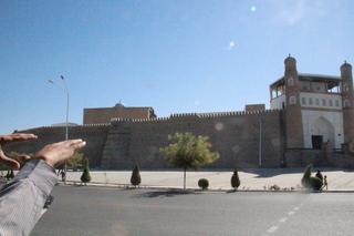 LÑa murallas de la ciudadela Ark. A la derecha la puerta de acceso