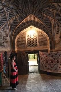 Madraza Kokaldosh. Lo que hay debajo de la cúpula también es original. Dentro hay vendedores.