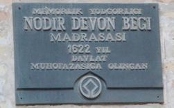 Placa que anuncia lla madraza Nadir Divan-Beghi, como patyrimonio de la humanidas