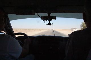 La carretera es recta con el desierto a los dos lados