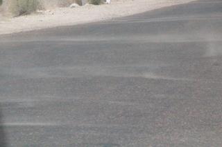 Por encima del asfalto flota polvo del desierto