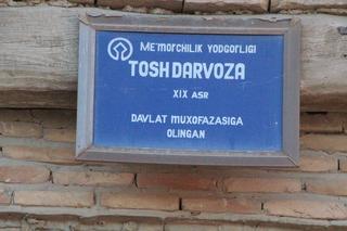 Letrero en la puerta: Tsoh Darvoza, significa Puerta de Piedra