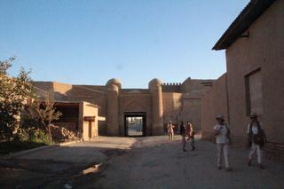 Puerta de piedra vista desde dentro de las murallas