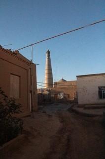 L fondo el minarete de la mezquita Zhuma --la mezquita del viernes.