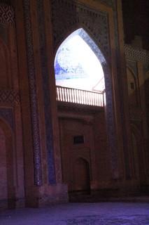 La puerta con la parte superior iluminada