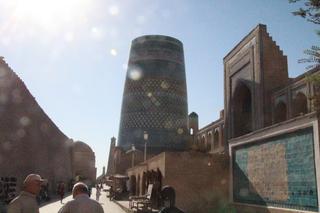 El minarete pequeño pero muy grueso se llama  Kalta Minor y a la derecha está la madraza Mohamed Amin Khan y más a derecha, en primer plano, un gráfico que vamos a ver