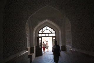Tras una amplia puerta pasamos al interior