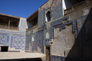 El patio interior. Los azulejos de las paredes son de cerámica azul de China