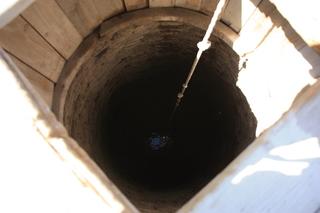 Boca del pozo con el agua al fondo