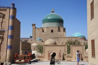 Cúpula color turquesa de la madraza Islom Xo'ja