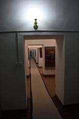 Un largo pasillo con salas laterales. Interior de la madraza Islom Xo'ja