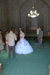 Novios que vienen a dar una ofrenda al santo para que su vida futira sea feliz. Observen que los trajes de novia son totalmente occidentales