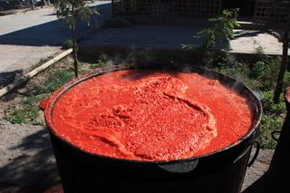 Parece ser que están haciendo salsa de tomate