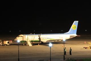 Ese es nuestro avión, que nos llevará en una hora a la capital: Tshken