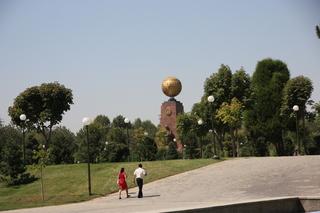 En la misma plaza de la independencia, el monumento a la indepoendencia y a la madre