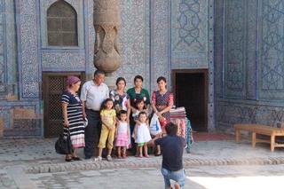 Turistas uzbekos sacaḿdose foto
