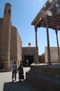 LÑa puerta del fondo, con una estrella encima, es la puerta del este (Palvan Darvoza)